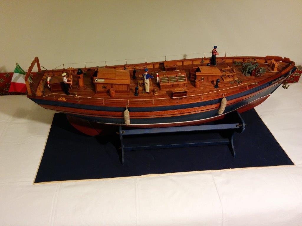 Goletta a vela con due alberi maestro-mezzana e bompresso e sei vele. L=1100mm., dislocamento circa 11,5 Kg , chiglia con zavorra in piombo. Scafo ordinate e fasciame in legno. Navigante